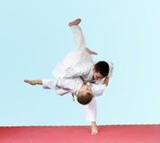 Le judo de jets deux athlètes s'exercent sur le tapis Photos stock