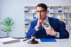 Le juge dans le concept de paiement illicite avec l'argent Photographie stock libre de droits