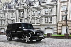Le 19 juin 2013 l'Ukraine, Kiev Mercedes-Benz G55 AMG sur le fond de vieilles maisons photo stock
