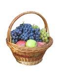 Le juise frais porte des fruits dans le panier en osier d'isolement sur le blanc Image stock
