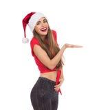 Le julflickan som framlägger produkten royaltyfri foto