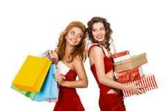 Le julkvinnor som rymmer gåvan och färgrika packar Fotografering för Bildbyråer