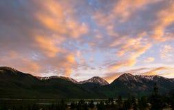 Le jumeau fait une pointe le coucher du soleil vif de lueur alpine du Colorado Photographie stock libre de droits