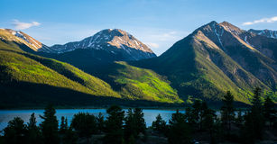 Le jumeau fait une pointe le lac alpin MountainScape sunset de lueur du Colorado Photographie stock