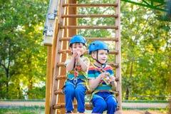 Le jumeau prend la peine de s'élever en parc d'aventure est un endroit qui peut escroquer images libres de droits