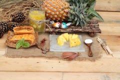 Le jus d'ananas et l'ananas frais avec du pain ont fait cuire au four avec le pineap Photographie stock libre de droits