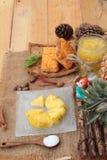 Le jus d'ananas et l'ananas frais avec du pain ont fait cuire au four avec le pineap Photos stock