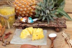 Le jus d'ananas et l'ananas frais avec du pain ont fait cuire au four avec le pineap Image libre de droits