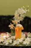 Le jus d'orange frais fraîchement serré avec la magnolia fleurit sur le Th Images libres de droits