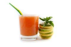 Le jus dans le verre avec le citron a isolé oh le fond blanc Image stock