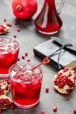 Le jus de grenade en verre avec de la glace et la grenade portent des fruits Photo libre de droits