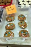 Le kakor som säljs på en bakaförsäljning Arkivbild