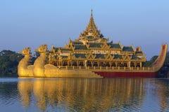 Lac Kandawgyi - Karaweik - Yangon - Myanmar image libre de droits