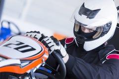 Le kart pilote préparent pour la course images libres de droits