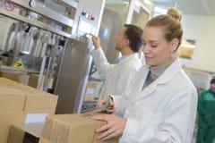Le kartongen för lagercheföppning i stort lager Arkivbild