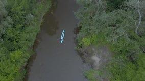 Le kayak flotte le long de la rivière banque de vidéos