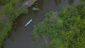Le kayak flotte le long de la rivière clips vidéos