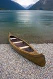 Le kayak se repose sur un rivage de lac de montagne Photos libres de droits
