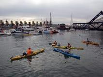 Le Kayaker s'asseyent dans la crique de McCovey ayant l'amusement Photos stock