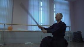 Le kendo principal exécute le kata, répète des grèves de coupe avec l'épée pour des séances d'entraînement clips vidéos