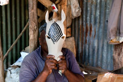 LE KENYA, AFRIQUE - 10 DÉCEMBRE : Un homme découpant des chiffres en bois. Image libre de droits