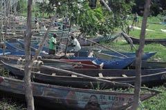 LE KENYA, KISUMU - 20 MAI 2017 : Homme deux africain préparant son bateau avant travail Les gens prenant la douche dans le lac photo libre de droits