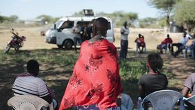 LE KENYA, KISUMU - 20 MAI 2017 : Vue arrière de femme africaine chauve dans le long cap rouge du maasai local de tribu banque de vidéos