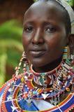 Le Kenya : Une belle artiste de femmes de masai avec le gl de couleur de tradition image stock