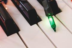 Le keyboardwith de piano a mené le tir diagonal léger de lampe image stock