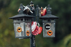 Le keychain coloré holded sur la lampe de courrier s'appelle le ` de colline de Penang de serrure d'amour de ` de la colline de P Photos libres de droits