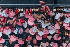 Le keychain coloré holded sur le pont s'appelle le ` de colline de Penang de serrure d'amour de ` de la colline de Penang chez Ge Images stock