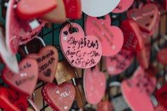 Le keychain coloré holded sur le pont s'appelle le ` de colline de Penang de serrure d'amour de ` de la colline de Penang chez Ge Photo stock