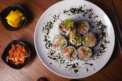 Le kimbap de petits pains de sushi ou la coupe coréen de gimbap a servi d'un plat photo libre de droits