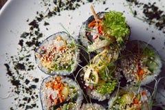 Le kimbap de petits pains de sushi ou la coupe coréen de gimbap a servi d'un plat photographie stock libre de droits
