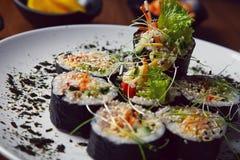 Le kimbap de petits pains de sushi ou la coupe coréen de gimbap a servi d'un plat photographie stock