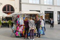 Le kiosque avec beaucoup de petits souvenirs à Cracovie Photographie stock