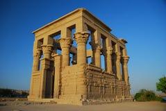 Le kiosque du Trojan dans le temple d'ISIS images stock