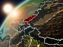 Le Kirghizistan sur terre de planète dans le coucher du soleil Photo stock