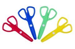 Le kit d'art pour des enfants avec des ciseaux en plastique colorés avec la forme différente a coupé sur le blanc Photo libre de droits