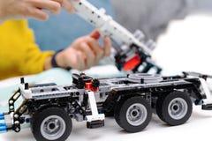 Le kit d'ensemble de voiture, femme assemblent un jouet très compliqué et commun de camion de voiture images stock