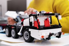 Le kit d'ensemble de voiture, femme assemblent un jouet très compliqué et commun de camion de voiture photo libre de droits