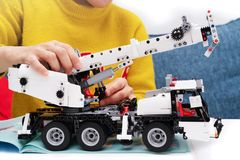 Le kit d'ensemble de voiture, femme assemblent un jouet très compliqué et commun de camion de voiture image stock