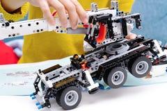 Le kit d'ensemble de voiture, femme assemblent un jouet très compliqué et commun de camion de voiture photographie stock libre de droits