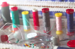 Le kit de couture, bobines des ciseaux de fil, tailleur de dé boutonne des aiguilles et des goupilles Photographie stock libre de droits