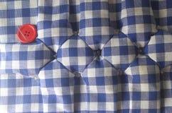 Le kit de couture, bobines des ciseaux de fil, tailleur de dé boutonne des aiguilles et des goupilles Photographie stock