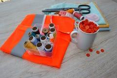 Le kit de couture inclut des fils de différentes couleurs, de dé et d'autres accessoires de couture sur la table en bois outils p Photos libres de droits