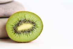 le kiwi de fond lapide le blanc Images stock