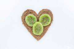 Le kiwi se trouve au coeur fait de toile de jute Photo libre de droits