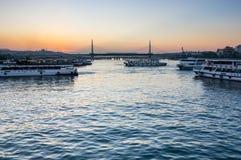 Le klaxon d'or sur le coucher du soleil photos libres de droits