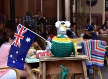 Le koala de Knitten se reposant sur un jaune et vert knitten la théière confortable Photographie stock libre de droits